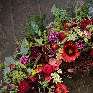 Elegant rundpyntet blomsterkrans til begravelse i Horsens og omegn