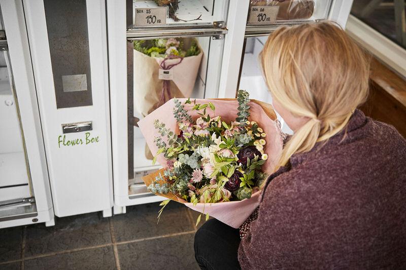 Blomsterautomaterne bliver jævnligt fyldt op med friske forsyninger