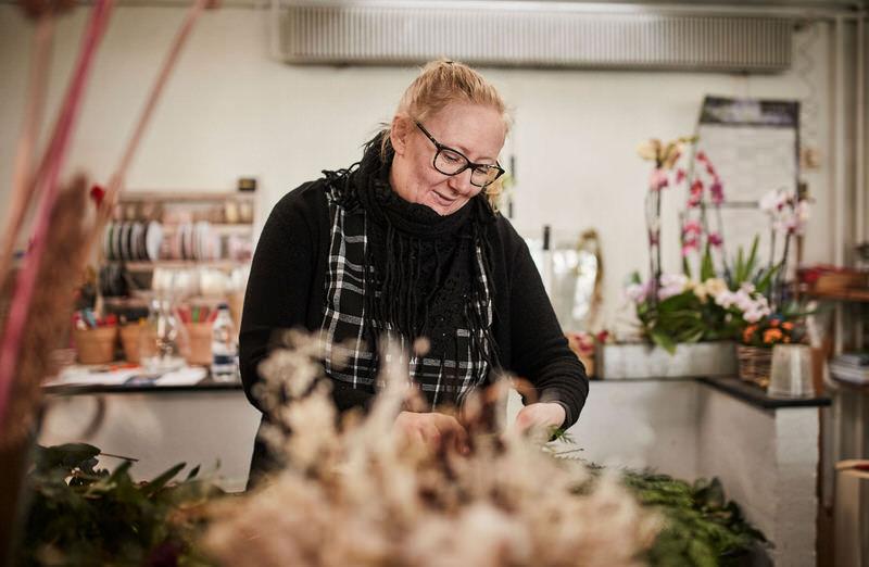 Blomsterdekoratoer Karin Larsen hos Tromborg Blomster i Horsens