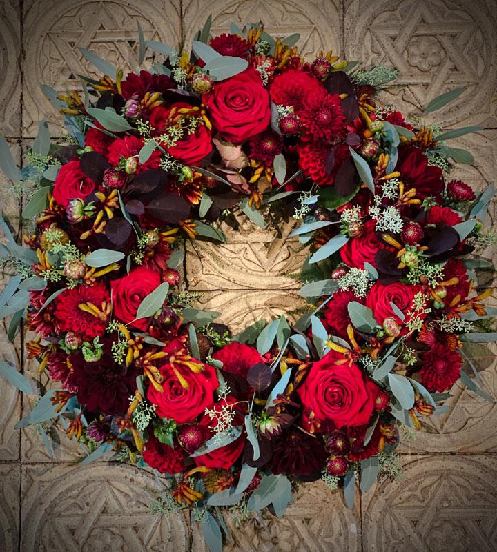 Smuk blomsterkrans til begravelse