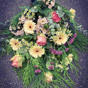 Elegant håndbundet bårebuket – leveres til begravelser i Horsens og omegn