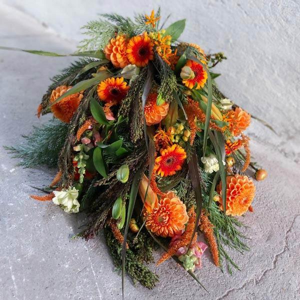 Smuk håndbundet bårebuket – leveres til begravelser i Horsens og omegn