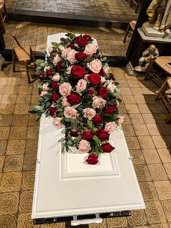 Elegant blomsterpynt til kisten – bestil her til begravelser i Horsens og omegn