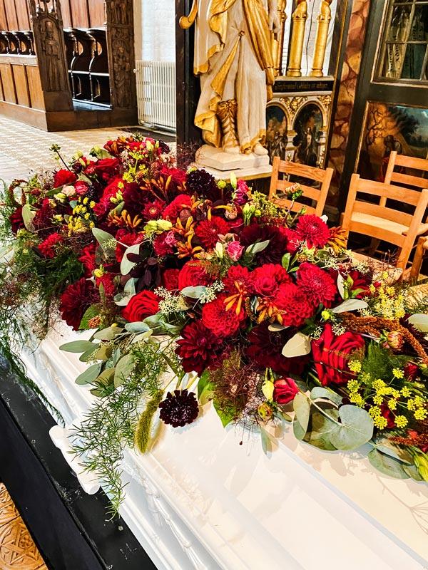 Kulørt kistepynt til begravelse i Horsens