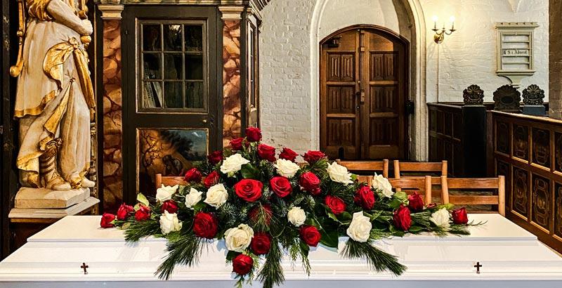 Klassisk kistepynt i røde og hvide roser