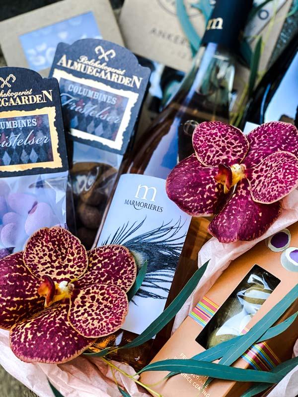 Lækker gavekurv med vin og lækre sager til levering i Horsens