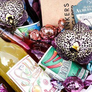 Skøn gavekurv fyldt med lækker saft og søde sager til levering i Horsens